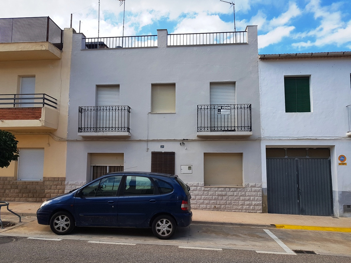 Good size town house on 3 floors with garden  for sale in Agullent.  The ground floor consists of ha,Spain