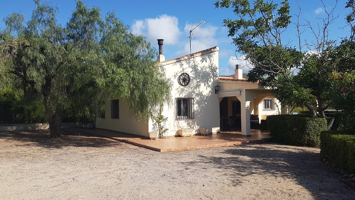 Lovely country house of 143m2 build, on a fenced and gated plot of 2064m2 with pool.  3 minutes from,Spain
