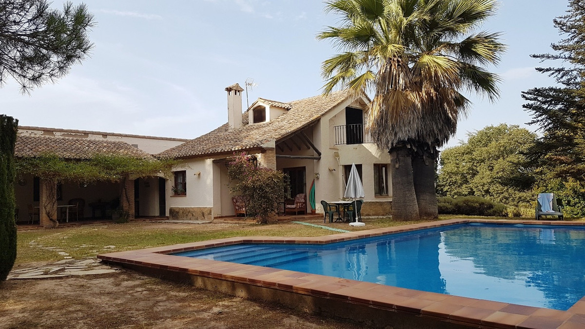 Welcome to this beautiful finca with a built area of ??434m2 and many possibilities, on a partially ,Spain