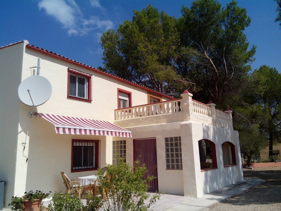This large villa on two floors  of over 160m2 in a fenced plot of 3000m2.  4 bedrooms with 4 bathroo, Spain