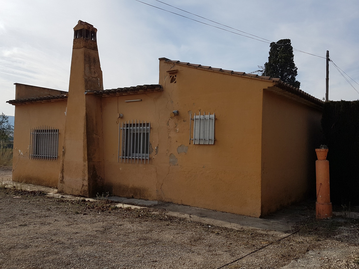 Country house of 65m2 on a plot of 1879m2 with a variety of trees.  Quiet location, good access road, Spain