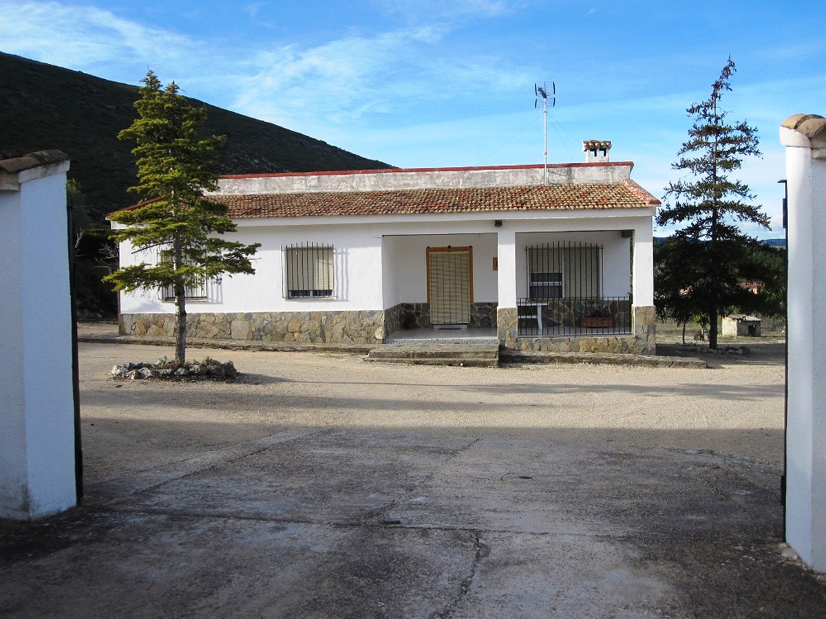 This very well maintained country house of 142m2 build on a partly fenced plot of 3741m2, is on the ,Spain