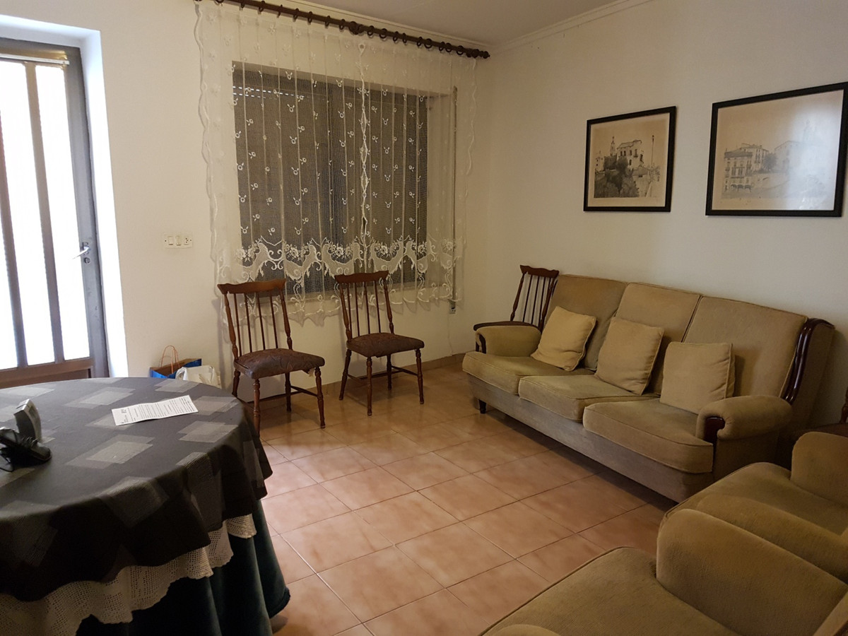 Townhouse of 224m2 for sale in the centre of Ontinyent. Good location and close to schools, shops, s,Spain