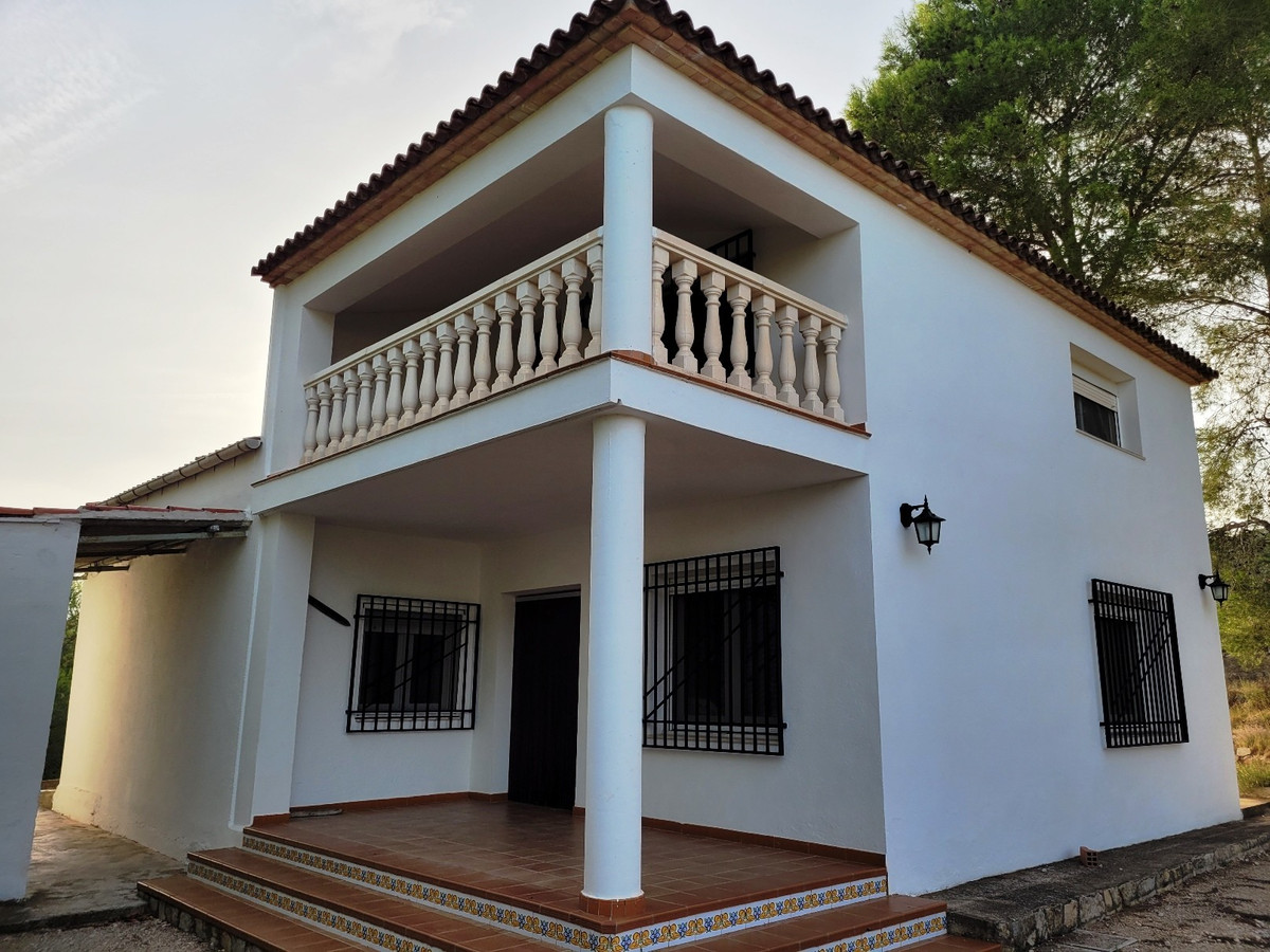 A very well maintained, 3 bed and 2 bath villa located in a very desirable area of Ontinyent. With a,Spain