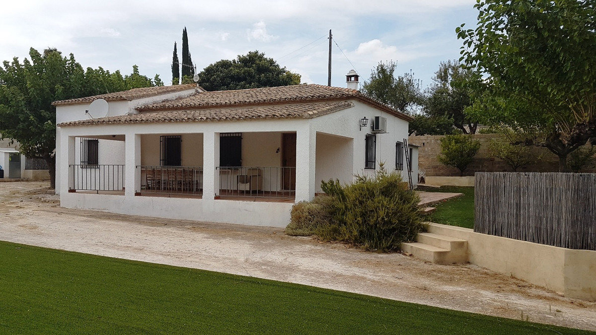 Country house of 120m2 on a fenced and gated plot of 3490m2, very close to town. Formal garden with , Spain