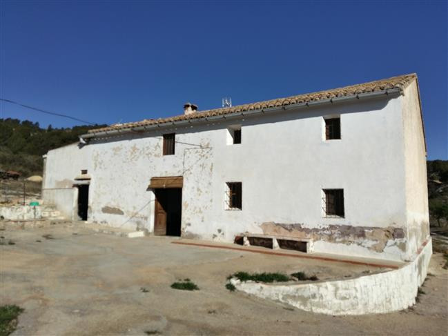 Large finca of 582m2 with 382m2 of this being liveable space. The house sits in the middle of approx,Spain