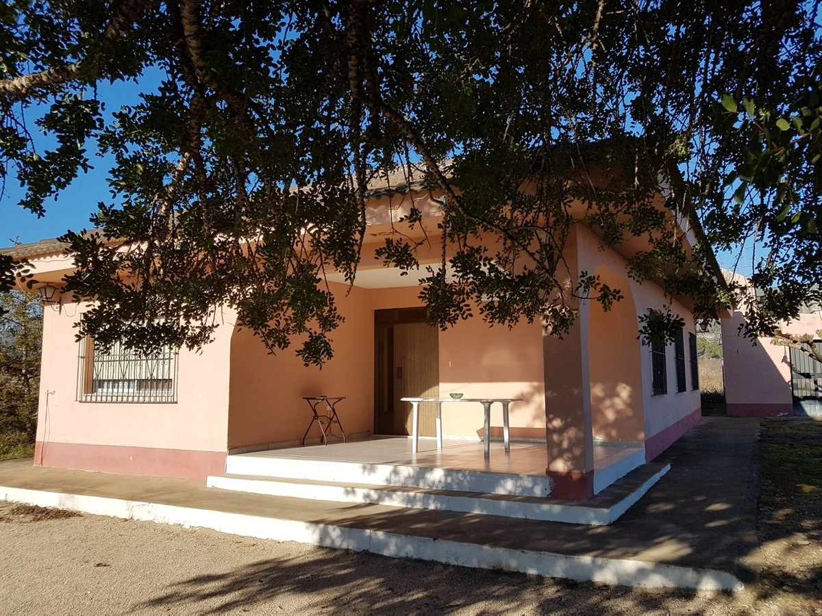 Very well maintained, ready to move into country house of 166m2 in Aielo de Malferit. Good access ro,Spain