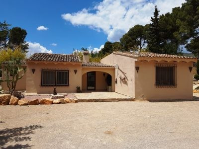 Lovely coutry house of 90m2 on a fenced plot of 2283m2 with electric gates and alarm. Very quiet loc,Spain