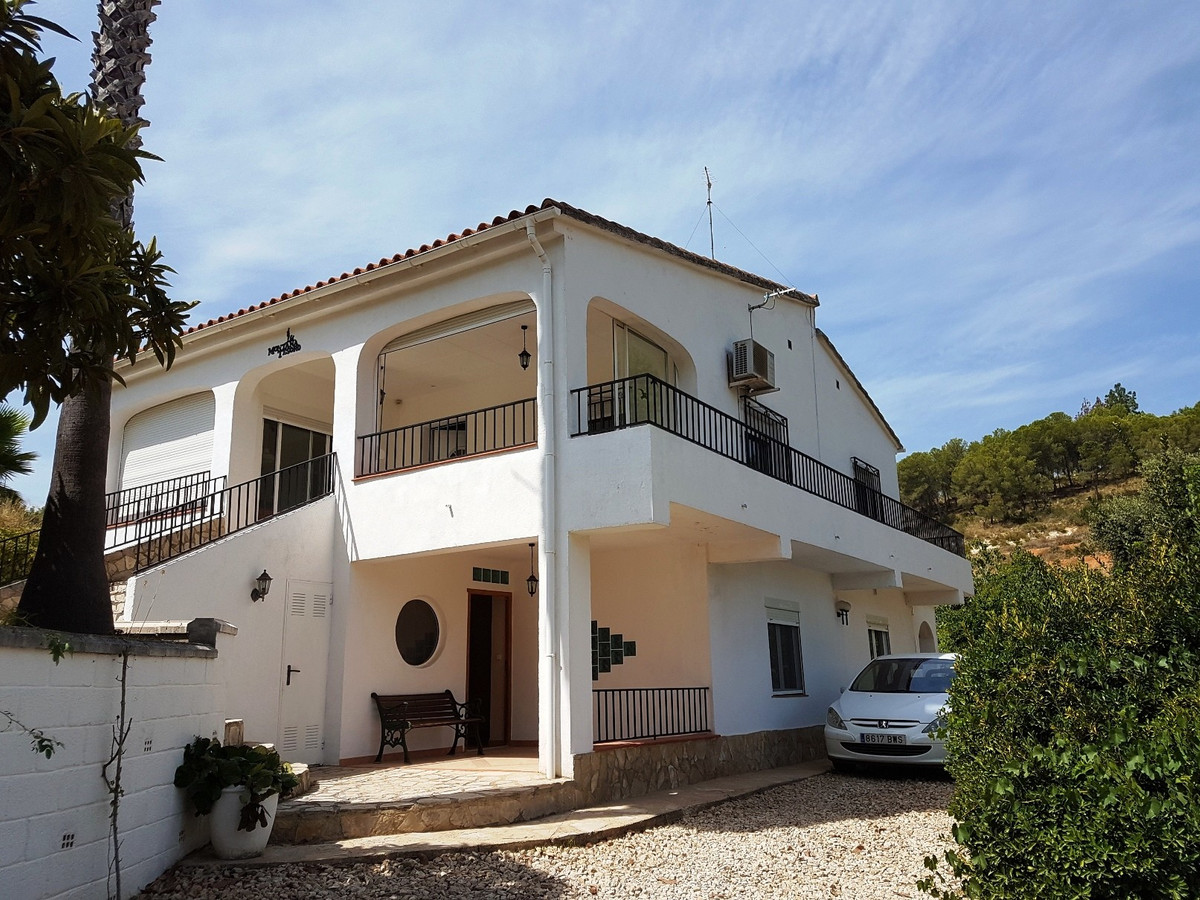 Well presented and lovely country house of 276m2 for sale in Xativa. 3 different entrances, fenced p, Spain