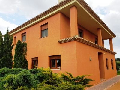 Modern, well maintained villa of 125m2 on a fenced and walled plot of 2180m2 with electric gates and Spain