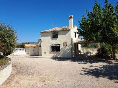 Lovely country house of 128m2 on a partly fenced plot of 4326m2. Good acces, very quiet and private ,Spain