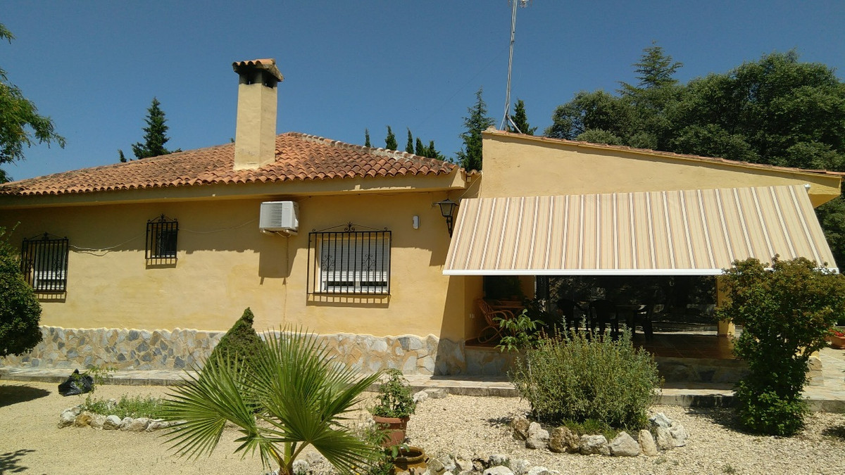 Country house of 155m2 on a fenced plot of 3500m2. Situated in a very quiet and private area of Onti,Spain