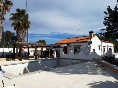 Big country house of 328m2 on a fenced plot of 1863m2 with electric gates. Good access and quiet loc, Spain