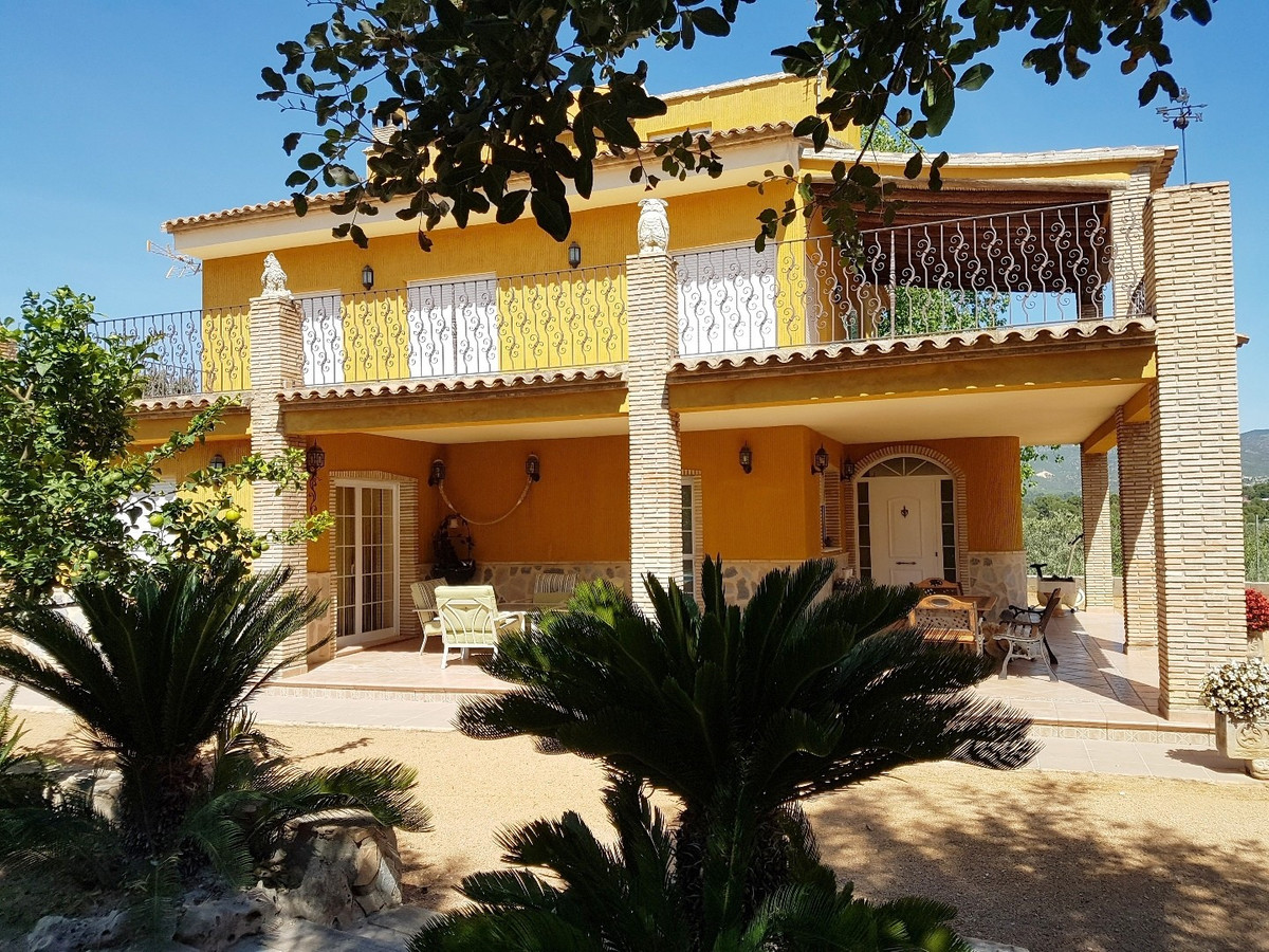 Beautiful big villa of 284m2 on a fenced plot of 2850m2. Good access road, private location and walk, Spain