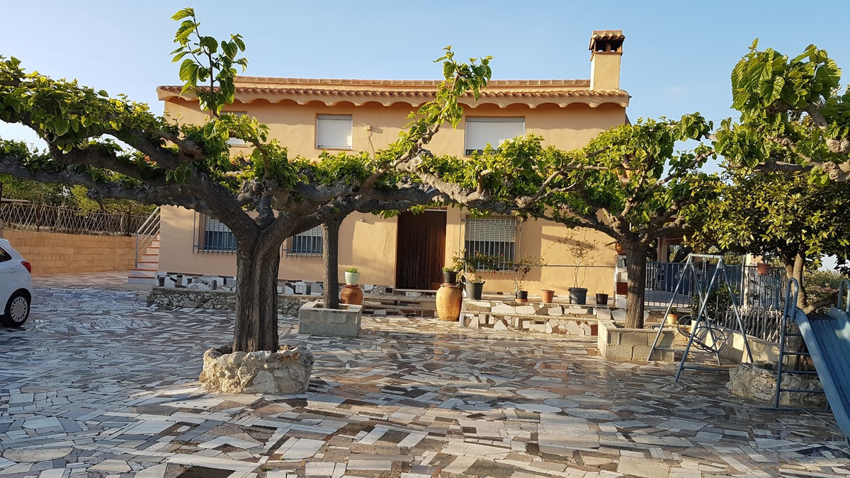 Country house of 267m2 on 2 floors, on a partly fenced plot of 11476m2.  Very good access, stunning , Spain