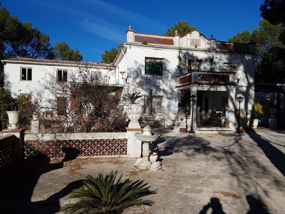 Very big villa of 400m2 for sale in Ontinyent, on a fenced plot of 7528m2 close to the urbanisation , Spain