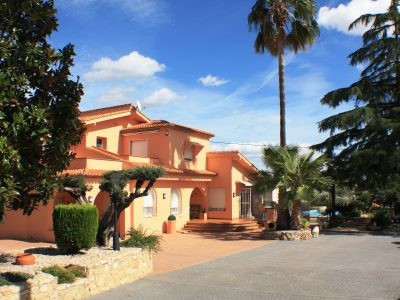 Luxury property of over 220m2 in a large landscaped plot of 6850m2 Fully fenced with 3 entrances . T,Spain