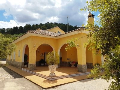 Very well maintained country house of 368m2 on a fenced and walled plot of 2673m2 with electric gate Spain