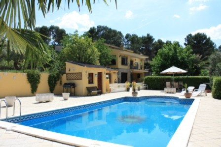 At this price this property must sell!  Lovely country house of 220m2 in an impressive setting in Um,Spain