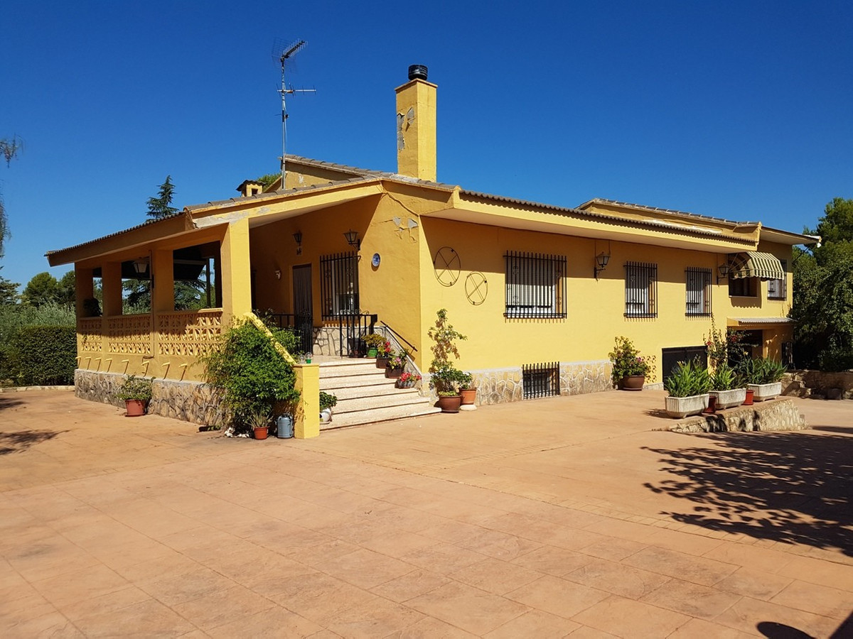 Very comfortable, well maintained villa of 153m2 habitable surface on a fenced plot of 1413m2.  Good, Spain