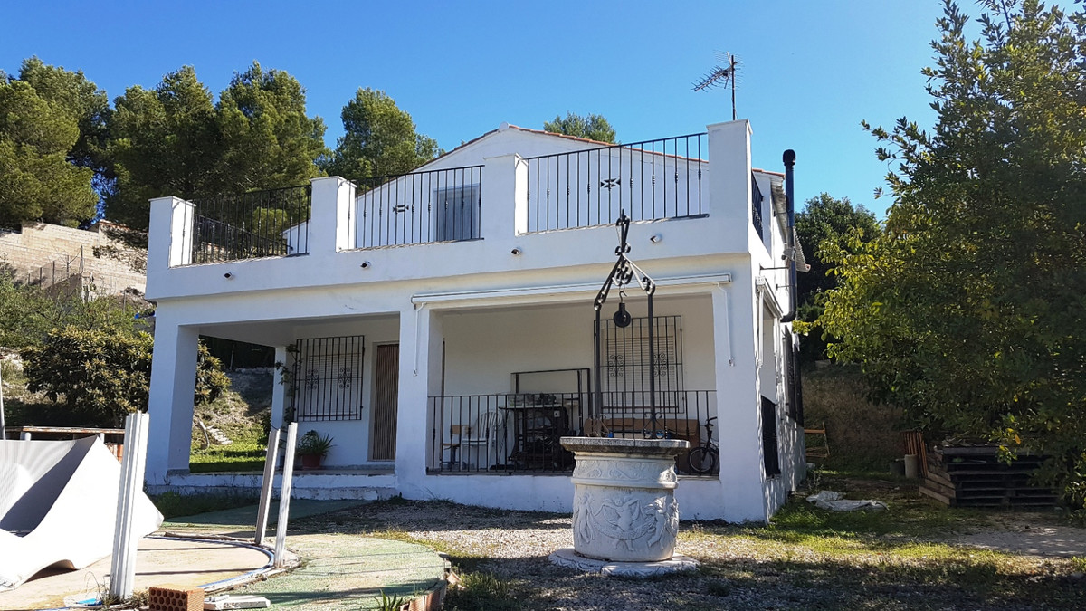 Country house of 141m2 in a fenced gated plot of 2922m2. Built on 2 floors with the upper floor pres, Spain