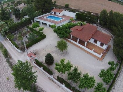 Lovely property of 187m2 built on a partly fenced and gated plot of 2031m2. Perfect location on a de,Spain