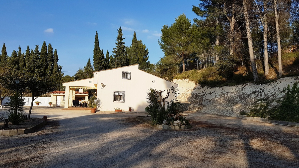 Country house of 241m2 on a plot of 2473m2. Very nice location, walking distance from the train stat,Spain