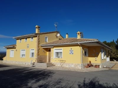 At only 5min from Ontinyent, we find this very well maintained villa of 320m2 on a fenced and walled, Spain