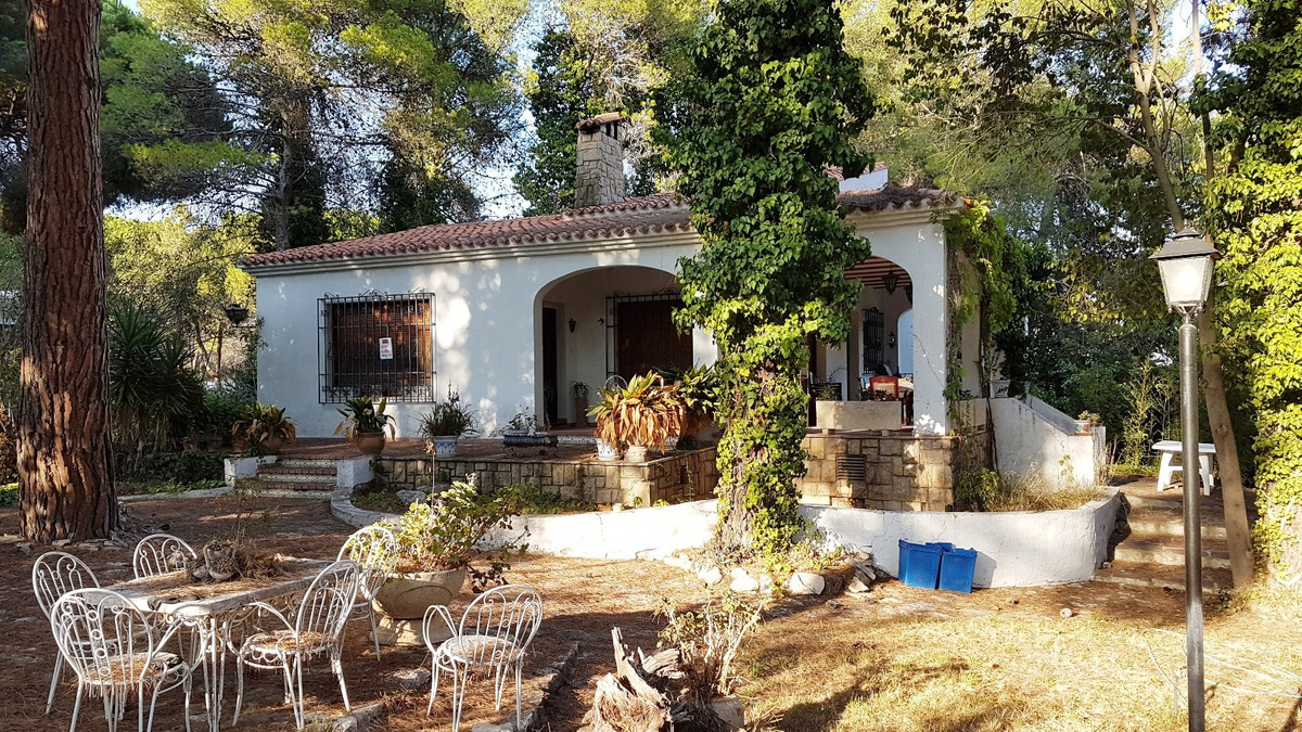 Welcome to this lovely, full of character villa of 327m2 build on a fenced plot of 3307m2. Only 5min, Spain