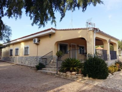 Very tidy bungalow of about 130m2 with large terrace on a fenced flat plot of 5534m2 on the outskirt, Spain