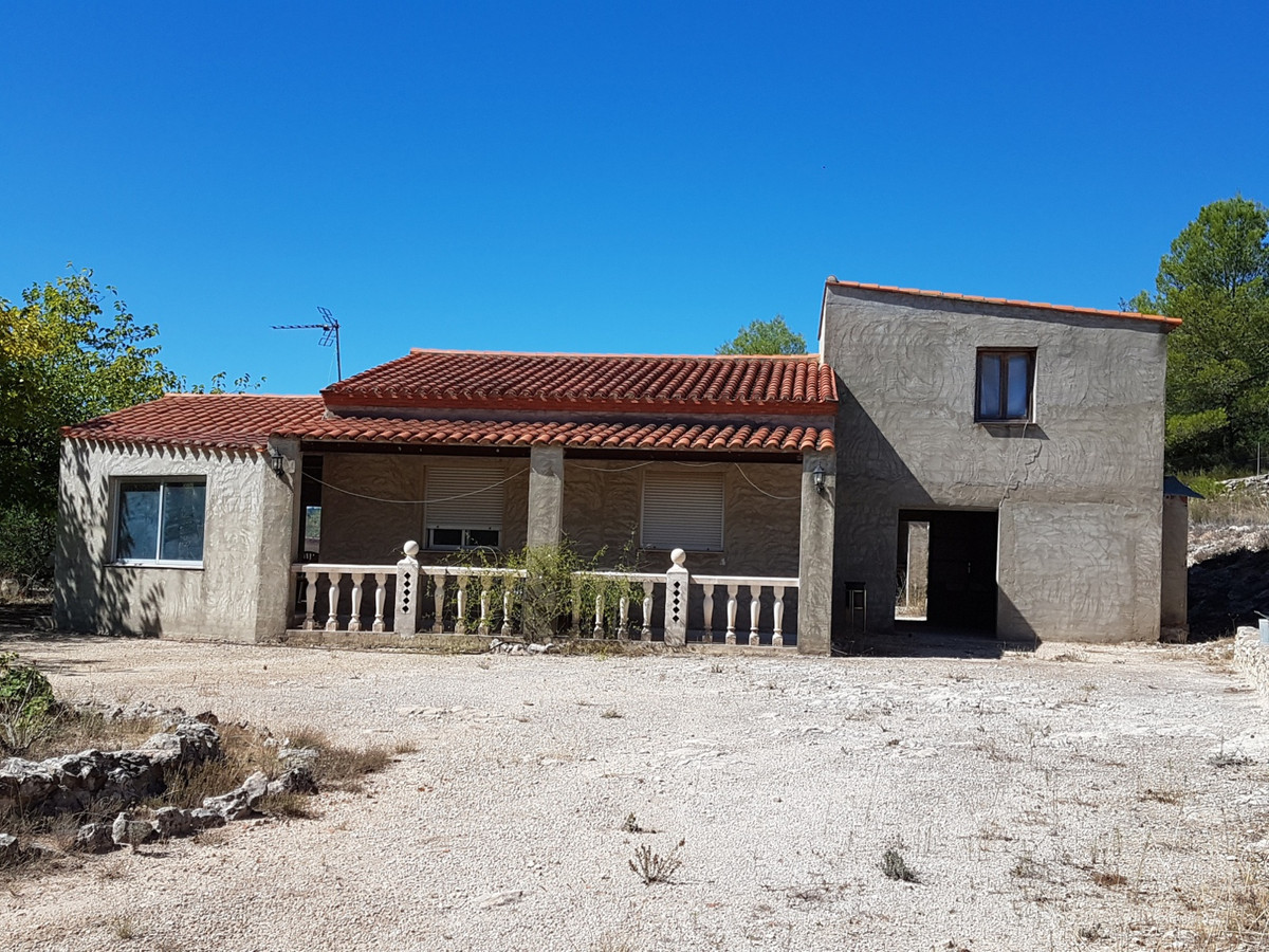 Country house of 174m2 in a very desirable area of Ontinyent with stunning views. On a fenced plot o, Spain