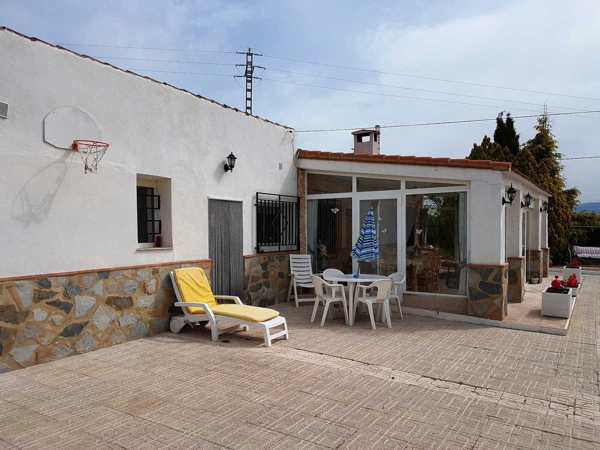Very well layed-out property for sale in Gaianes. Well maintained house of 184m2 on a fenced plot ofSpain