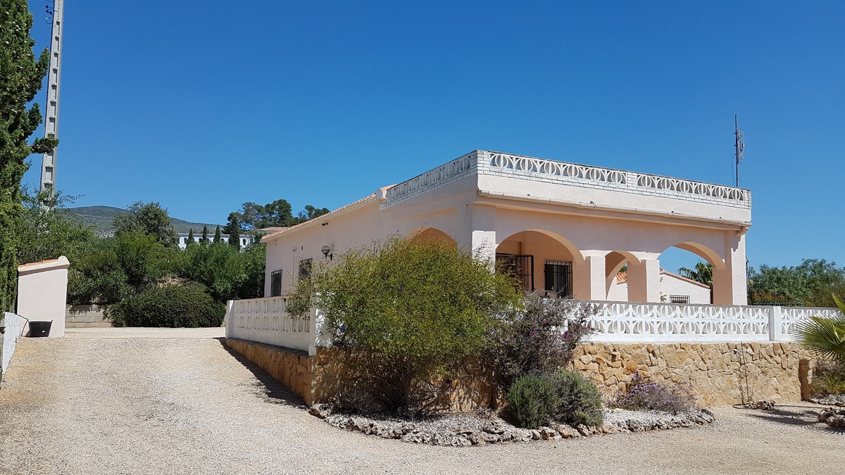 Welcome to this beautiful, very well maintained 2 bed, 2 bath property in Ontinyent. This property o,Spain