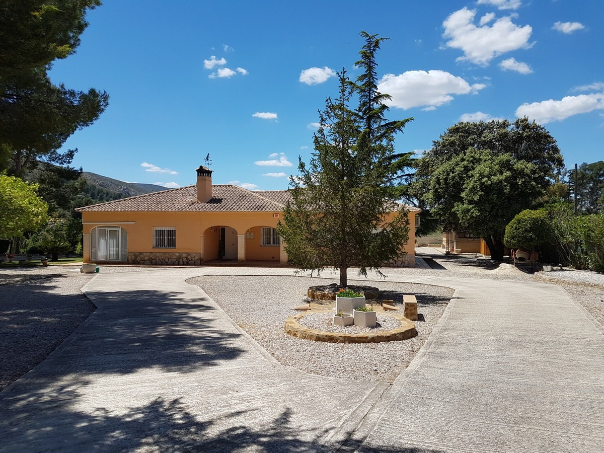 Lovely 4 bedroom, 3 bathroom gated property of 170m2 on a fenced plot of 3653m2.  Very well maintain Spain