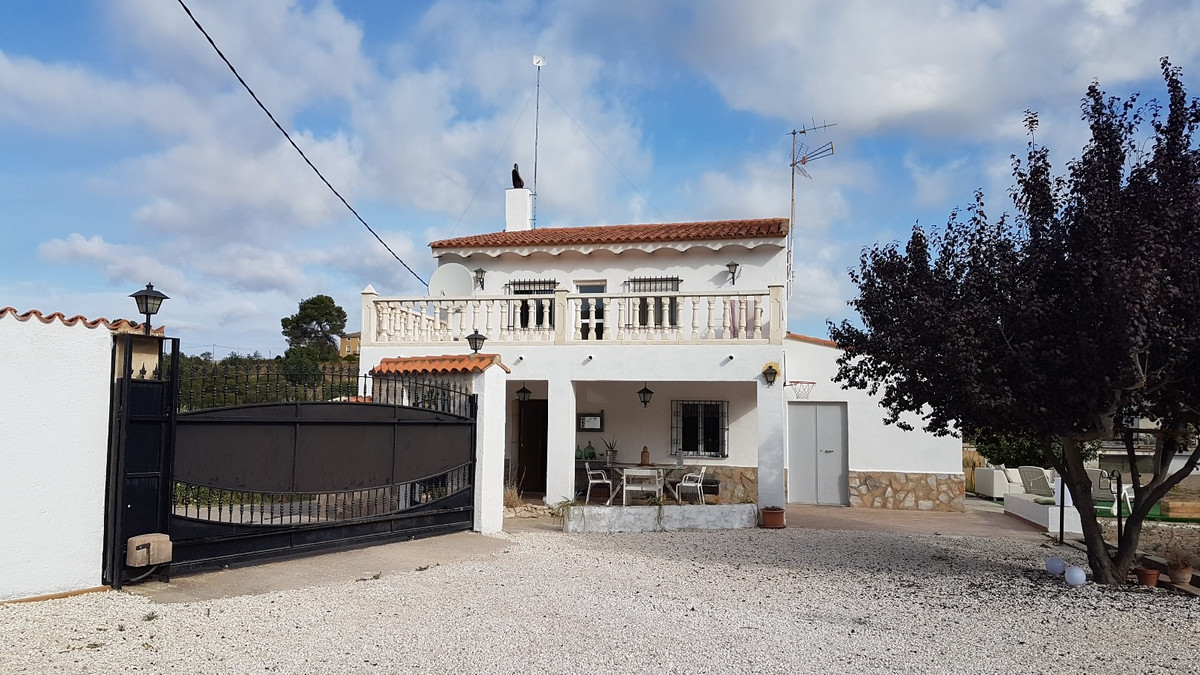 Lovely country house of 210m2 build on a gated and fenced plot of 2512m2, walking distance into town, Spain