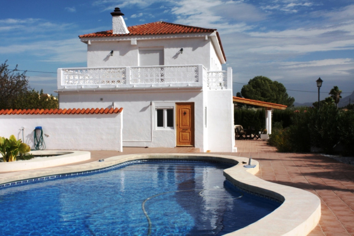 Large villa with pool and large storage unit in the prestigious area of Ontinyent. The main property, Spain