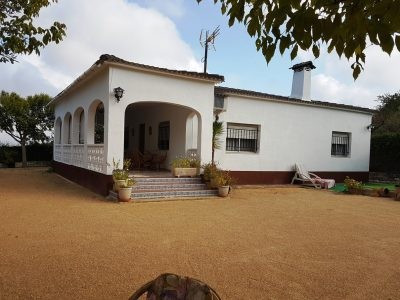 A long private drive takes you to this lovely, very well maintained country house of 124m2. A 20 min, Spain