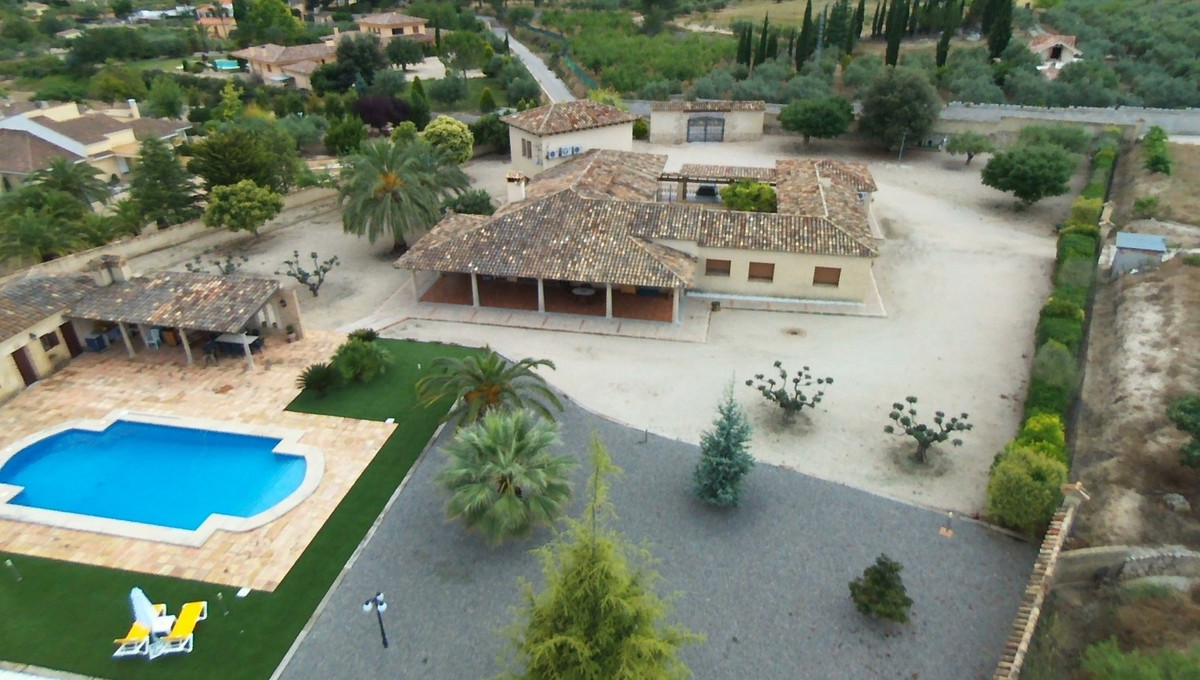 Very special property! Located in a quiet area of Ontinyent with good access road. At the and of a d,Spain