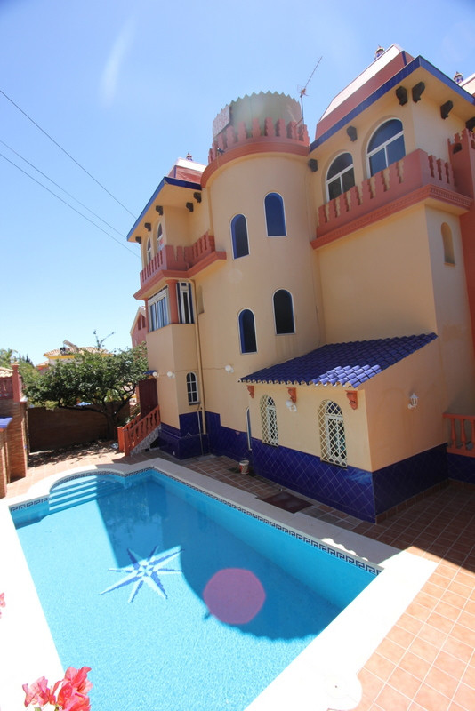 Beautful  detached villa. Execellent location within  walking distance to train station . Two car ga,Spain