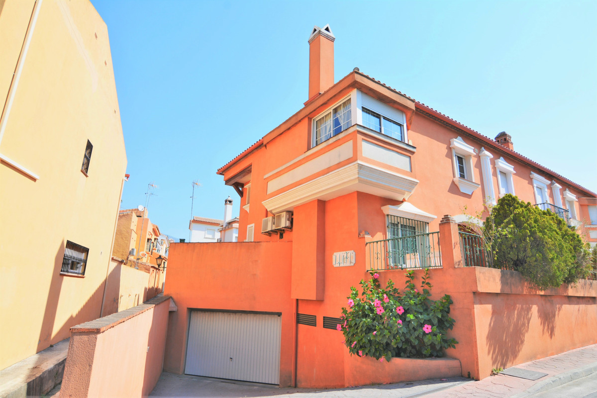We are happy to present this beautiful semi-detached corner house, in the unbeatable area of ??El Co,Spain