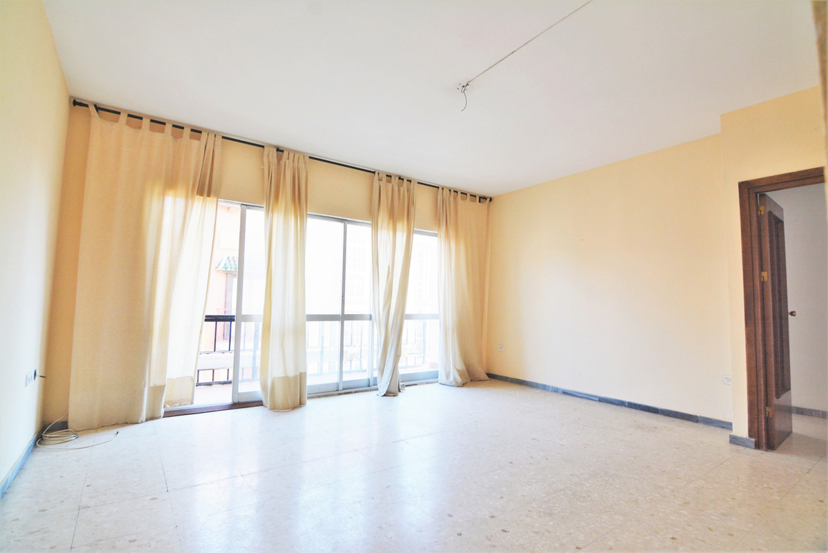 OPPORTUNITY!! We present you this spacious apartment in the heart of Fuengirola, one step away from ,Spain