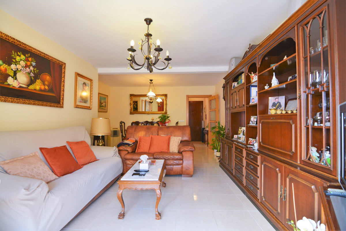 We present you this beautiful apartment in Fuengirola, close to all kinds of amenities and services.,Spain