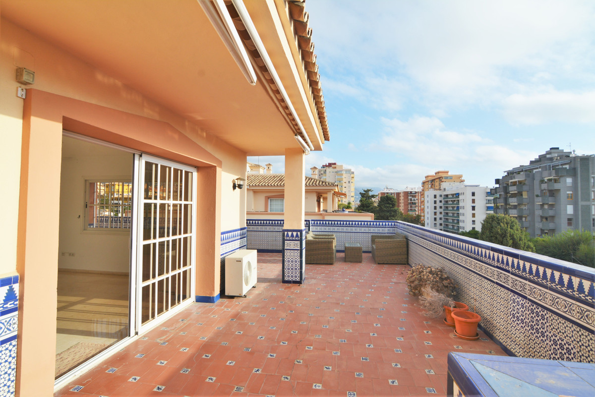 Here we present this luxury penthouse in the heart of Fuengirola, in the unbeatable area of Puebla L,Spain