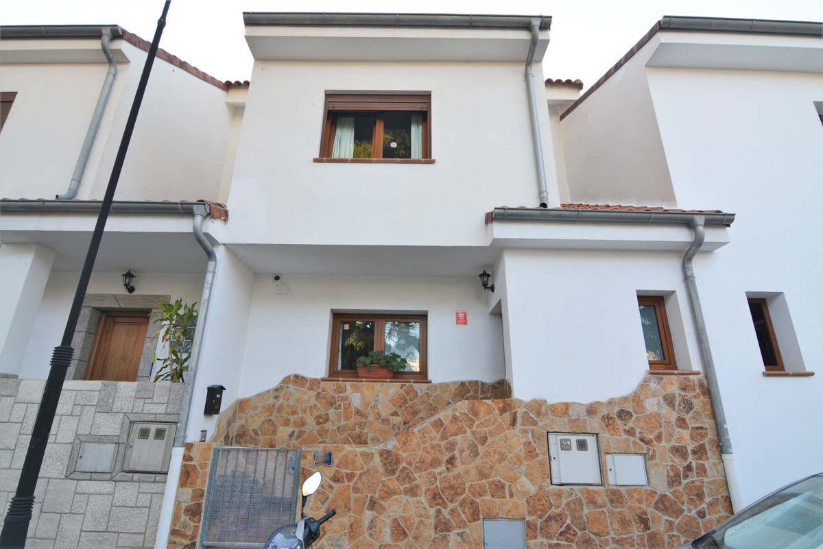 Beautiful townhouse of VERY RECENT construction, built in 2006. Built with the highest qualities, re,Spain