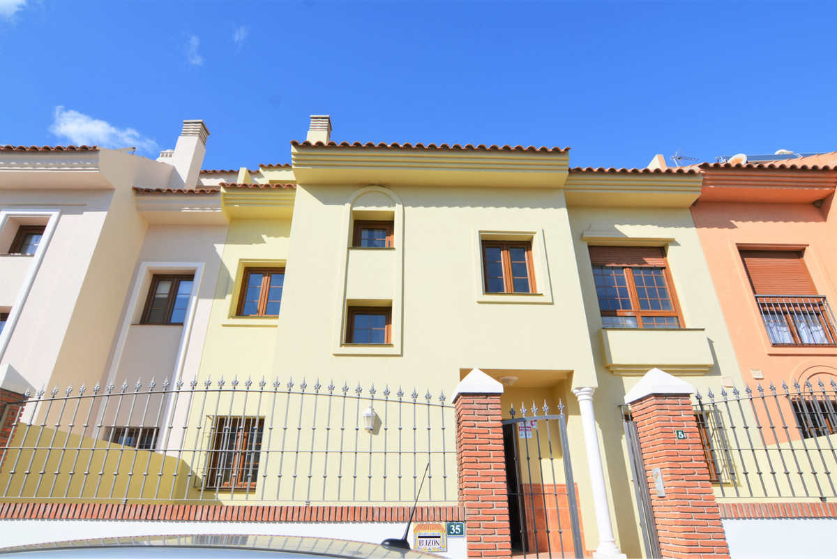 Beautiful townhouse for sale in the unbeatable area of los Pacos, in the lower part, close to all ki,Spain
