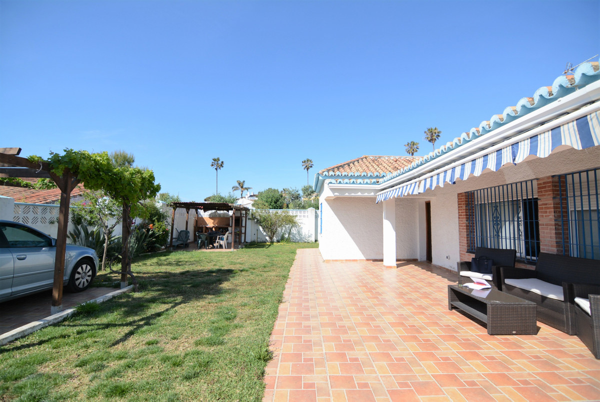 Beautiful independent house 5 minutes walk from Chaparral beach, unbeatable area, very quiet. Idea f, Spain