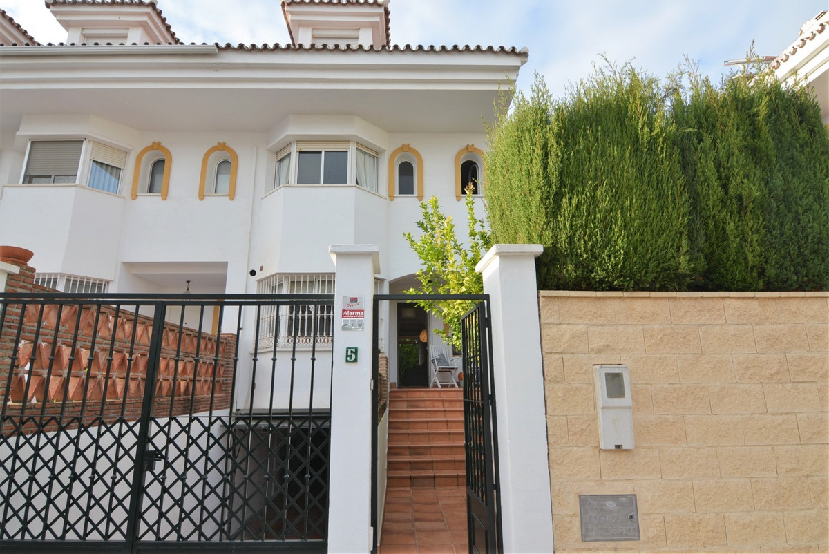 A Fantastic Semi-Detached house  in a very quiet urbanization, an enclosure that has green areas and, Spain