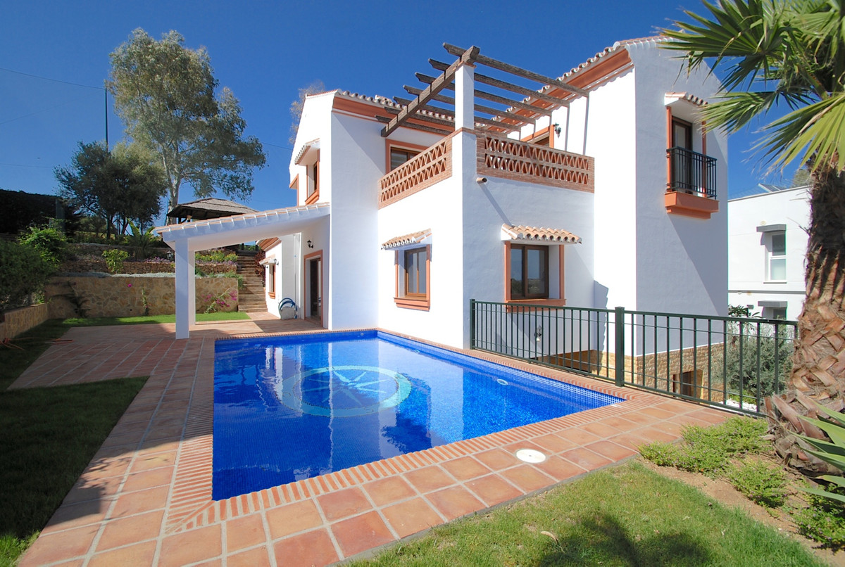 The villa is built on a plot of 716 m2 and has 453 m2 built. On the ground floor there is a spacious, Spain