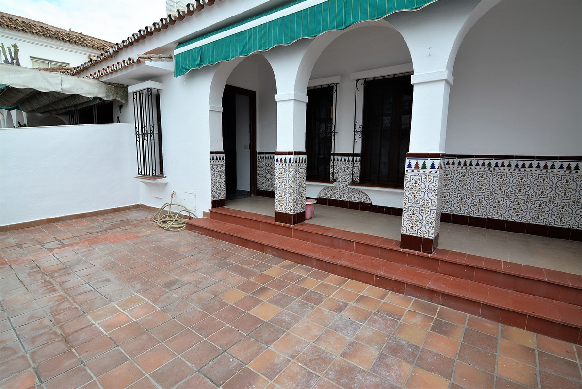 A nice and tipical andalusian house rightr in the centre of Fuengirola,2 mins walk from the train staion , lovely area PUEBLO LOPEZ one of the best area in town, 2 bedrooms 1 bathroom (totally refurbished ) new kitchen , a wide and brighrt living room , a lovely patio, in front of the house plust a backyard at the back , and roof top,  to get more info about the house and viewigns please contact us.