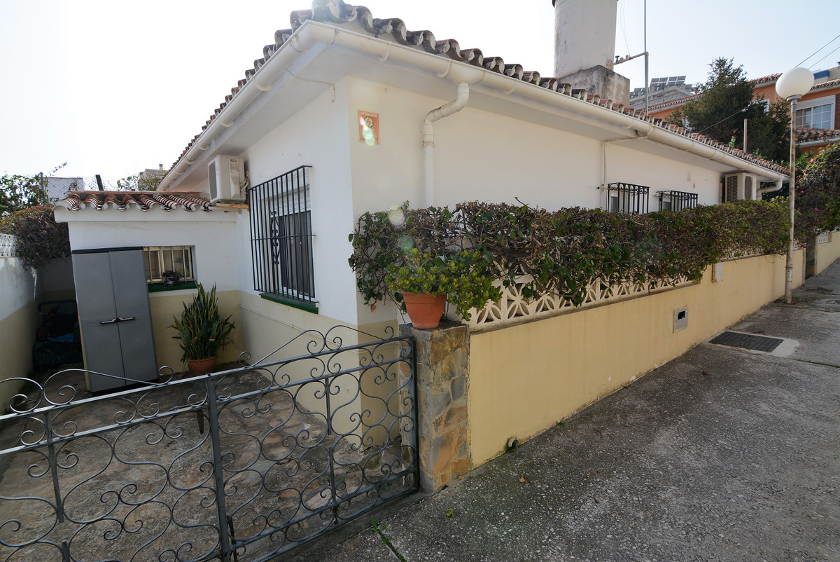 Detached villa in Los Boliches near Mercadona and soccer field with a total plot of 250 square meter,Spain